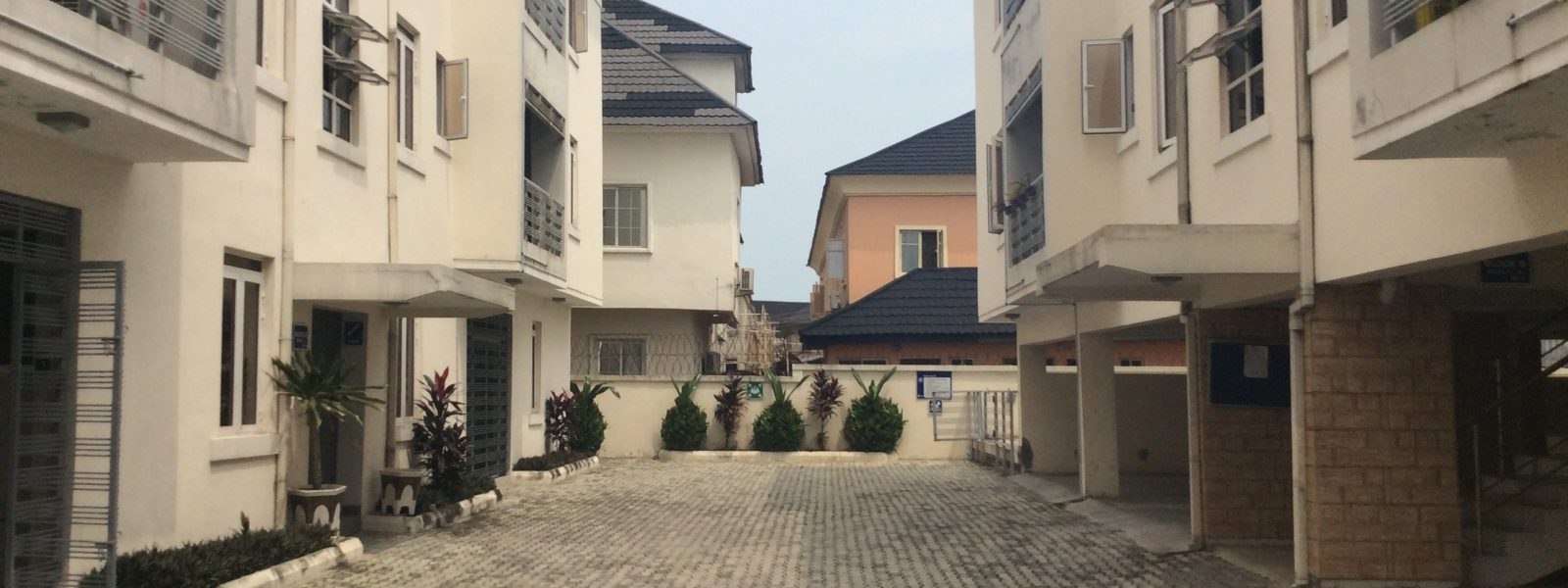 "LOVELY 3 BEDROOM FLAT IN TWIN VIEW APARTMENT CHEVY VIEW <font color=""#a30000;"">(For Sale: 30 Million)</font>"